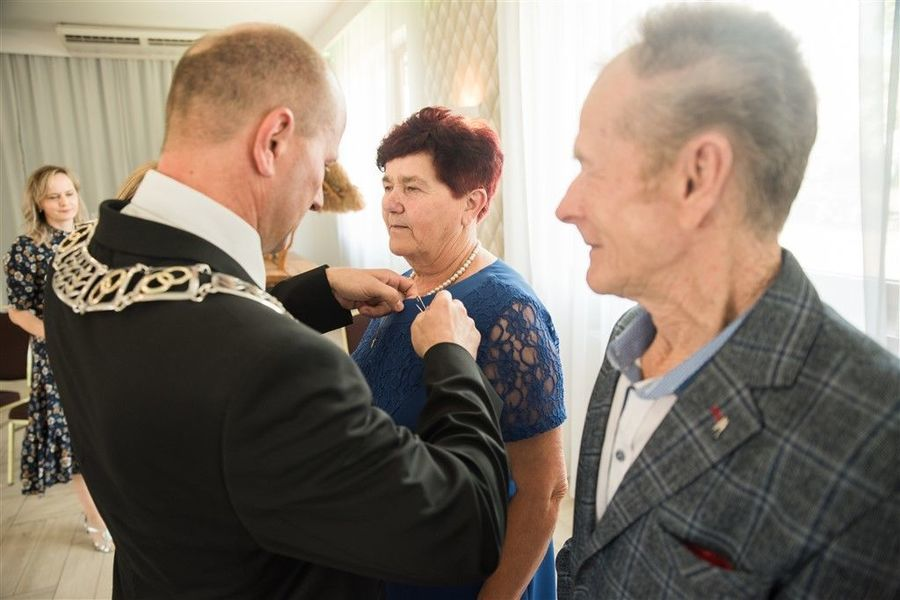 Pani Krystyna Zamłyńska otrzymuje medal za długoletnie pożycie małżeńskie.