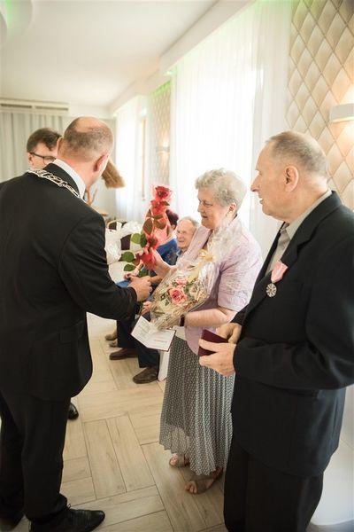 Państwo Kazimiera i Jan Serafin otrzymują prezent od Burmistrza Annopola.