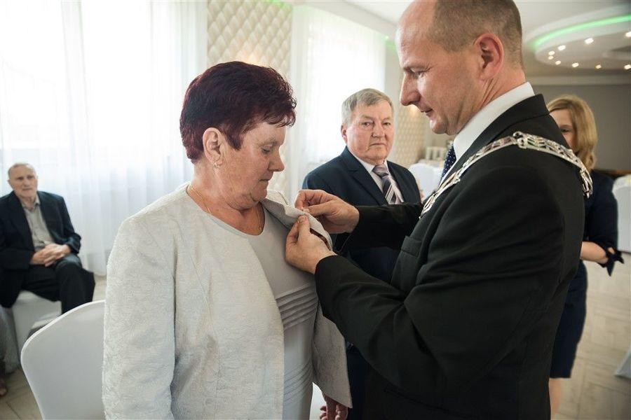 Pani Danuta Olszówka otrzymuje medal za długoletnie pożycie małżeńskie
