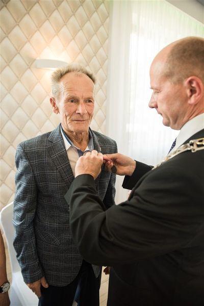 Odznaczenie Pana Stefana Zamłyńskiego medalem za długoletnie pożycie małżeńskie.