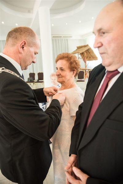 Pani Henryka Gil otrzymuje medal  za długoletnie pożycie małżeńskie.