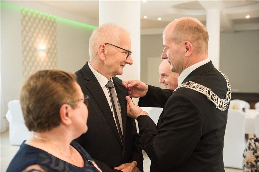 Odznaczenie Pana Ryszarda Gazdy medalem za długoletnie pożycie małżeńskie.