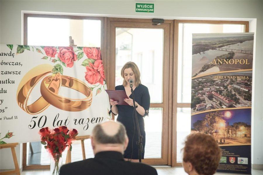 Kierownik USC Marzena Kwiatkowska podczas wystąpienia z okazji uroczystości wręczenia medalu za długoletnie pożycie małżeńskie.