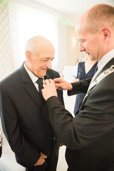 Odznaczenie Pana Zenona Piwowarskiego medalem za długoletnie pożycie małżeńskie.