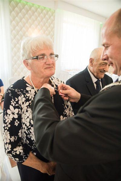 Pani Alina Piwowarska otrzymuje medal za długoletnie pożycie małżeńskie.