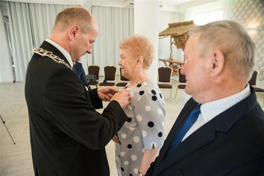 Pani Marta Libor otrzymuje medal za długoletnie pożycie małżeńskie.