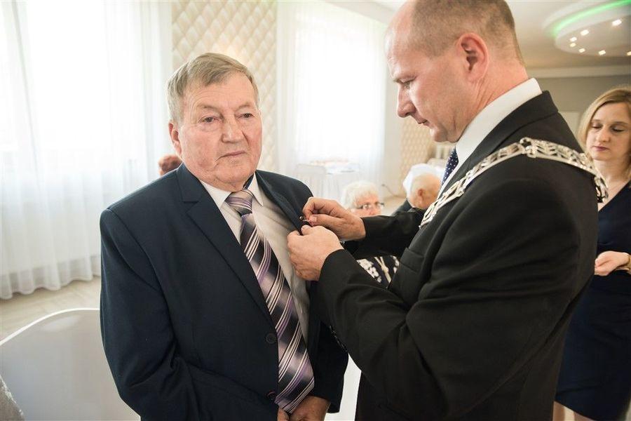 Odznaczenie Pana Janusza Olszówki medalem za długoletnie pożycie małżeńskie.