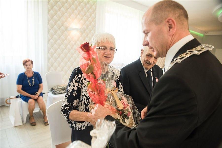 Państwo Alina i Zenon Piwowarscy otrzymują prezent od Burmistrza Annopola.