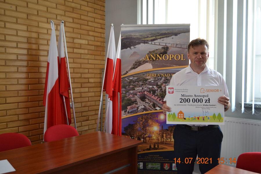 Zastępca Burmistrza z symbolicznym czekiem na realizację inwestycji