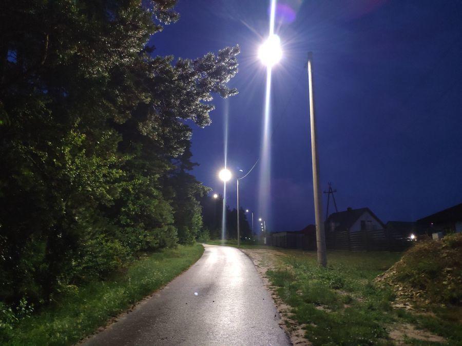 Latarnie w nocy w miejscowości Jakubowice