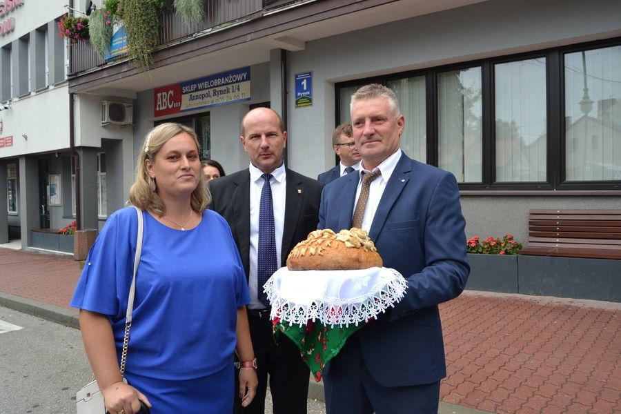 Starostowie Dożynek Gminnych 2021 wraz z Burmistrzem Annopola