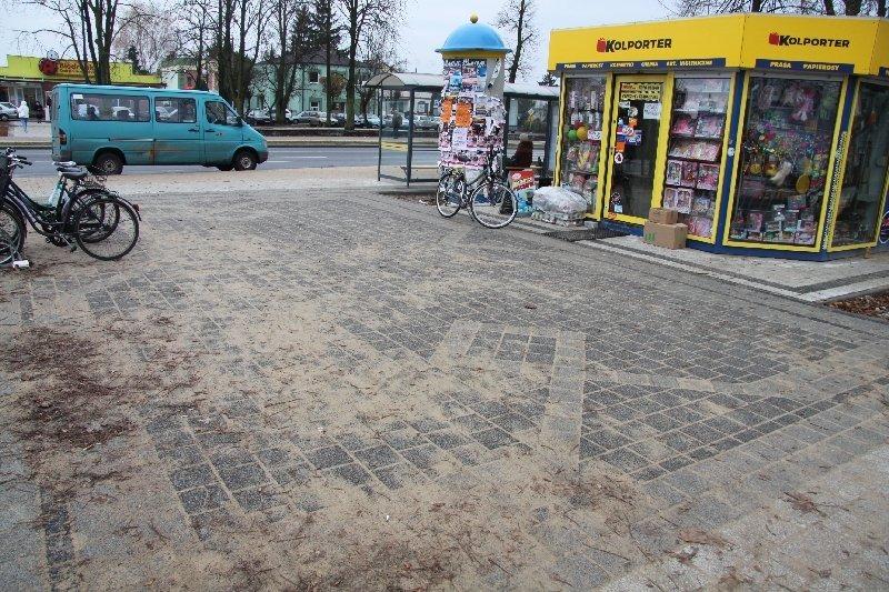 Park przed Urzędem Miasta (po przeciwnej stronie ul. Niepodległości)