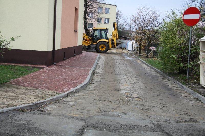 Parking przy ul. Bankowej i uliczka osiedlowa