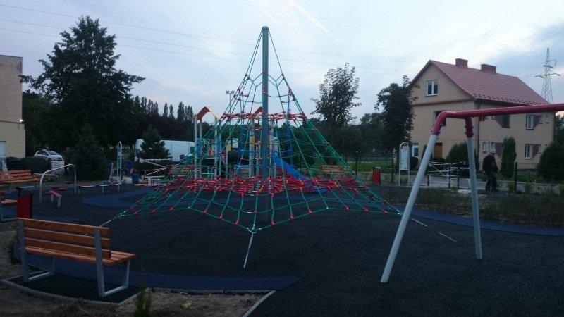Budowa placu zabaw przy Szkole Podstawowej Nr 5.