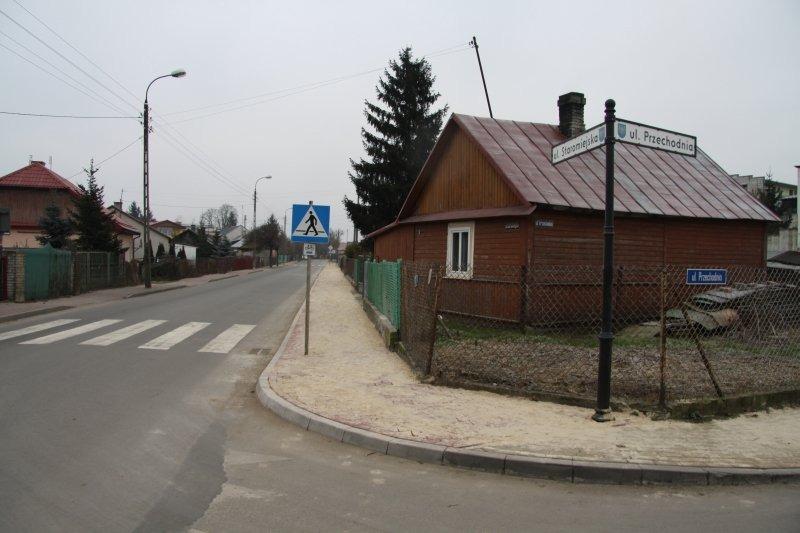 Wymiana nawierzchni chodnika w ul. Staromijeskiej w Dęblinie.