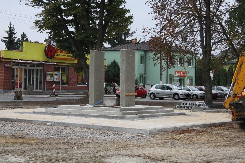 Budowa Pomnika Niepodległości w rewitalizowanym parku przed Urzędem Miasta w Dęblinie.