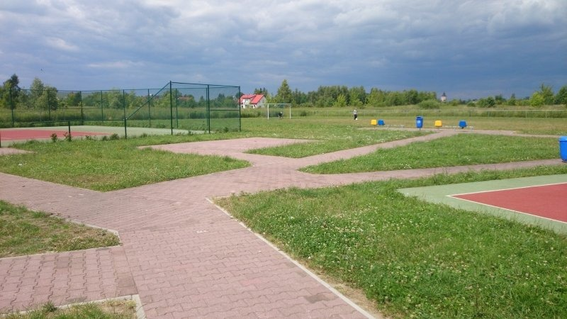 Budowa ciągów pieszych w kompleksie boisk sportowych w os. Wiślana.