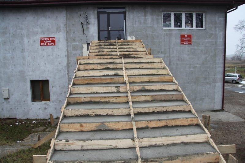 Wykonanie schodów zewnętrznych w OSP Masów.