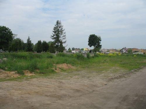 Budowa części ogrodzenia z płyt betonowych Cmentarza Komunalnego w Dęblinie.