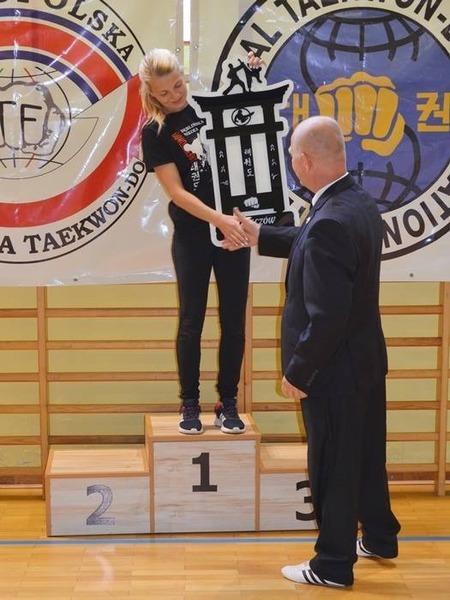 Trener Izabela Grodzicka odbiera trofeum dla Najlepszego Klubu