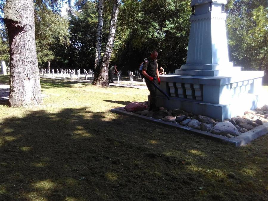 """Żołnierze z 41. Bazy Lotnictwa Szkolnego porządkowali cmentarz wojenny """"Balonna"""""""