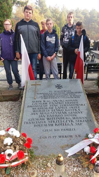 Uczniowie porządkują lokalne miejsca pamięci związane z historią naszej Ojczyzny.