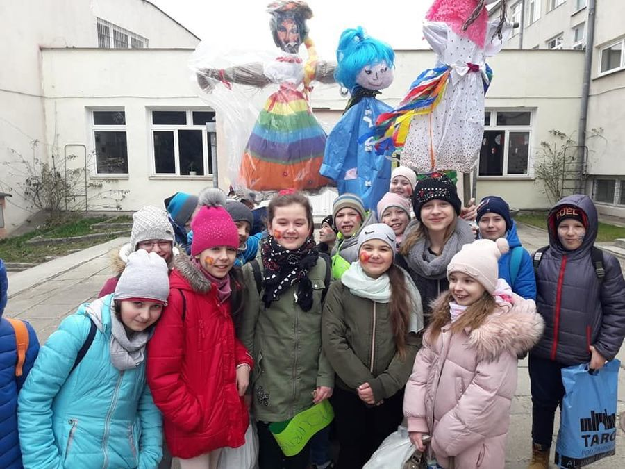 Uczniowie klasy IV C z SP 4 w Dęblinie z wykonanymi na konkurs marzannami