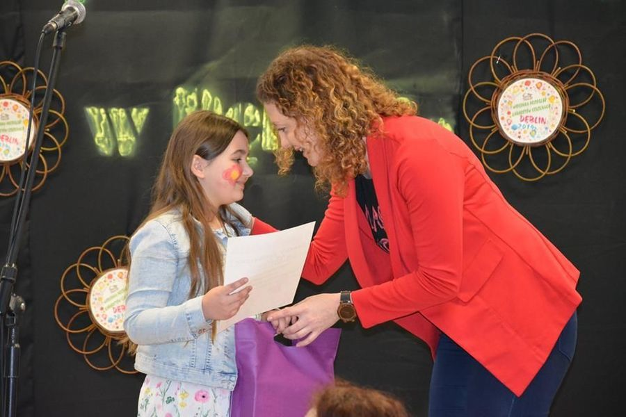 Uczennica klasy IV C z SP 4 w Deblinie odbiera nagrodę dla szkoły