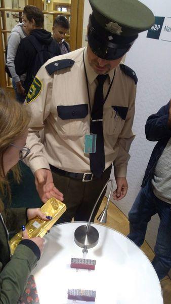 Ile waży sztabka złota? - licealiści na DNIU OTWARTYM w NBP