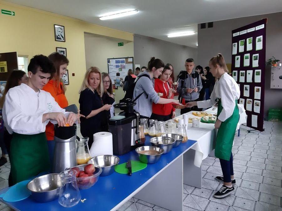 Duża dawka witamin dla uczniów ZSZ nr 2 - czyli kolejny Fit Day