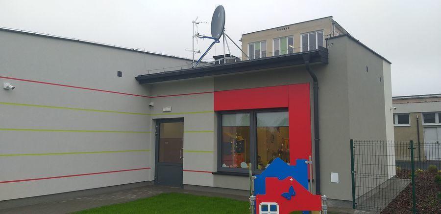 Widok przedszkola od placu zabaw