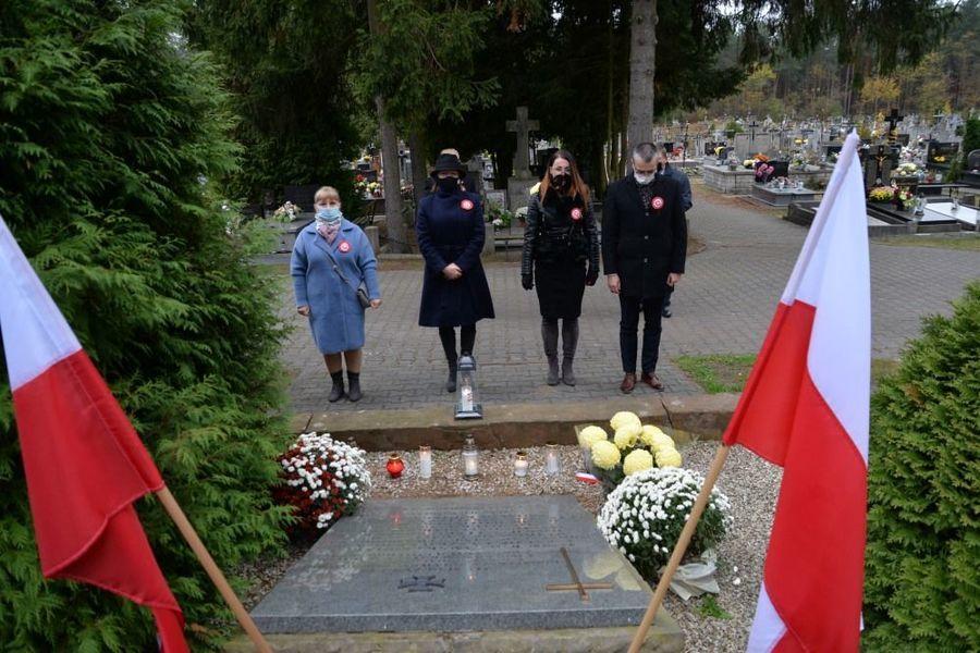 Delegacja władz samorządowych miasta Dęblin składa kwiaty przed mogiłą żołnierzy AK w Dęblinie