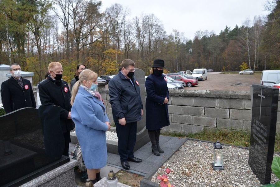 Delegacja władz samorządowych miasta Dęblin zapala znicz przed pomnikiem Nieznanych Ofiar Bombardowania Niemieckiego w Dęblinie