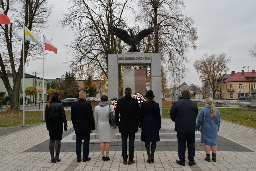 Delegacja władz samorządowych miasta Dęblin składa kwiaty przed pomnikiem Niepodległości w Dęblinie
