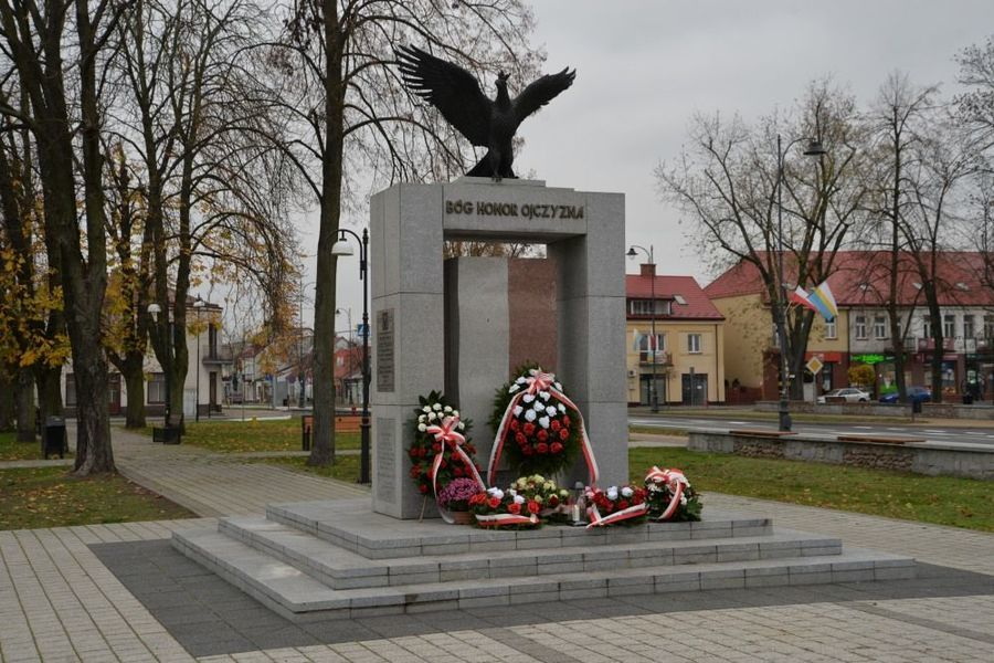 Pomnik Niepodległości w Dęblinie w dniu 11 listopada 2020 roku