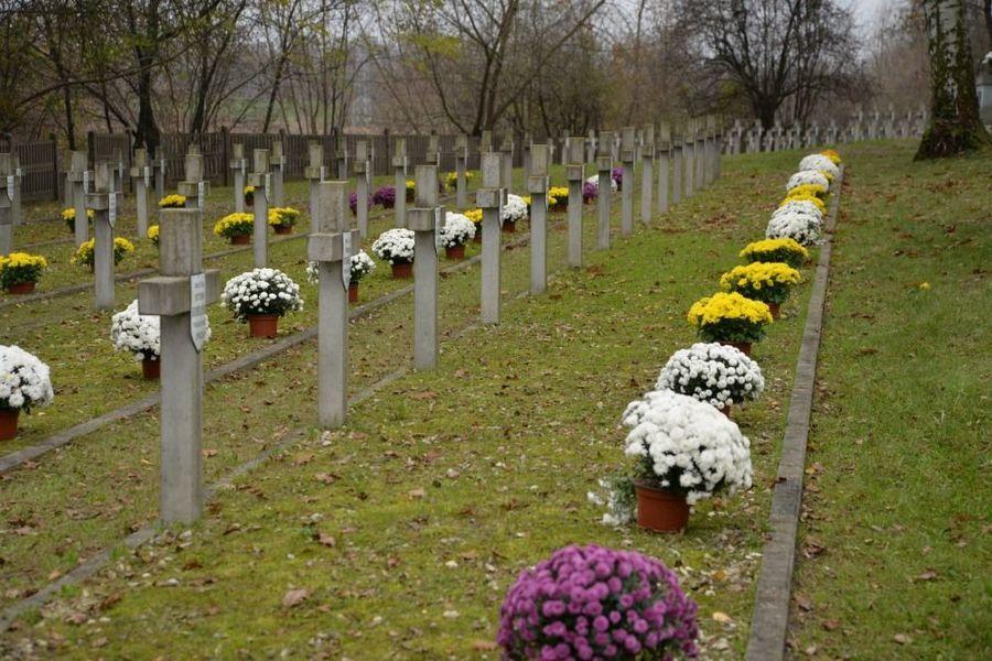 Cmentarz Wojenny przy ul. Balonnej w dniu 11 listopada 2020 roku