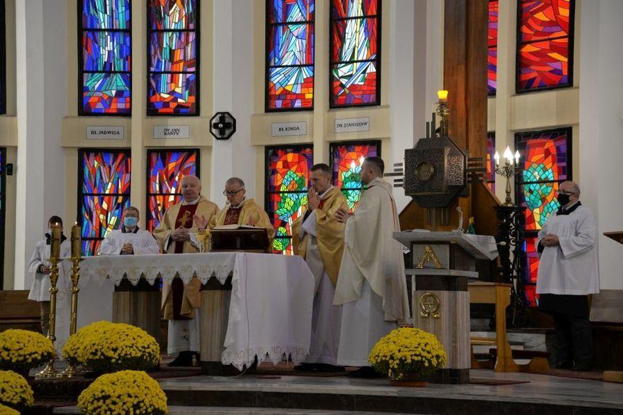 Msza święta w intencji Ojczyzny w kościele Piusa V Papieża w Dęblinie podczas uroczystości miejskich 11 listopada, koncelebrowana przez księży dęblińskich parafii