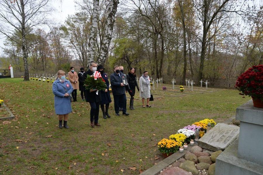 Delegacja władz samorządowych miasta Dęblin składa kwiaty przy obelisk ku czci żołnierzy15 P.P. Wilków