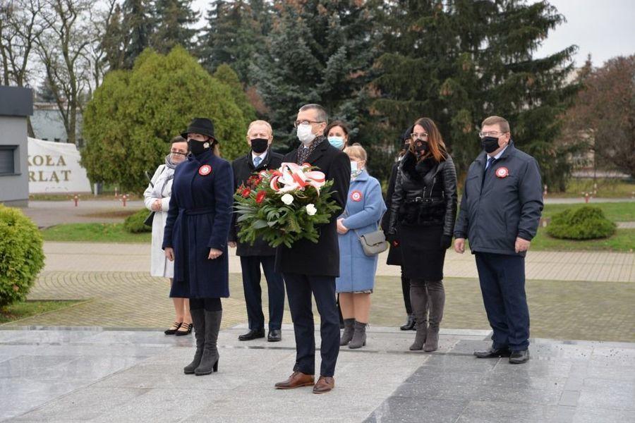 Delegacja władz samorządowych miasta Dęblin składa kwiaty przy pomniku Bohaterski Lotnikom Dęblińskiej Szkoły Orląt