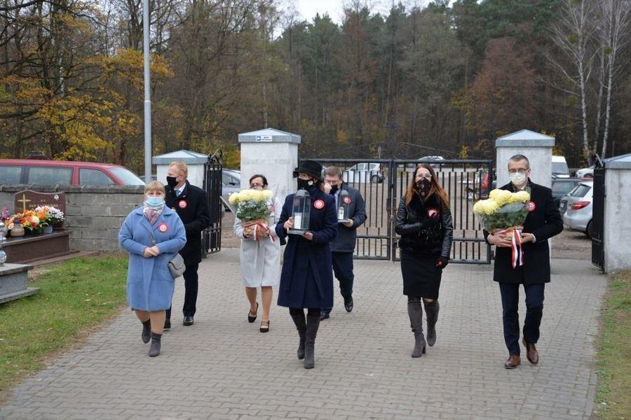 Delegacja władz samorządowych miasta Dęblin w drodze na dęblińskie miejsca pamięci narodowej na cmentarzu parafialnym