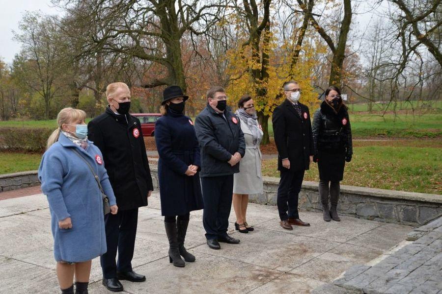 """Delegacja władz samorządowych przy pomniku Bohaterów 15 P.P. """"Wilków"""" poległych 1918-1920"""