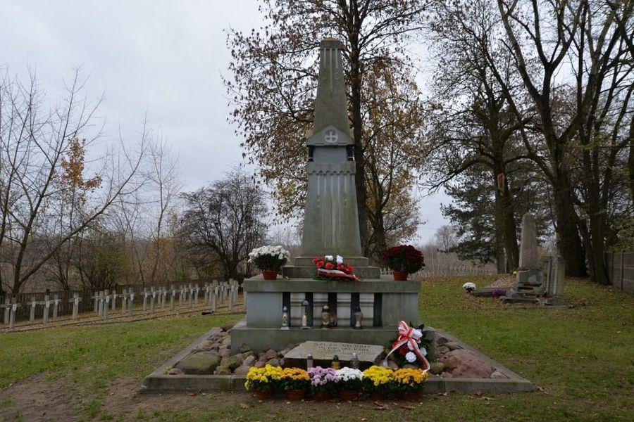 Obelisk ku czci żołnierzy15 P.P. Wilków w dniu 11 listopada 2020 roku
