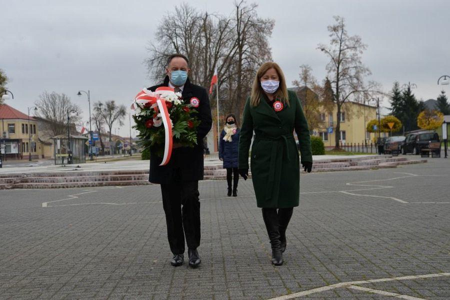 Delegacja przedstawicieli dęblińskiej oświaty składa kwiaty przed pomnikiem Niepodległości w Dęblinie