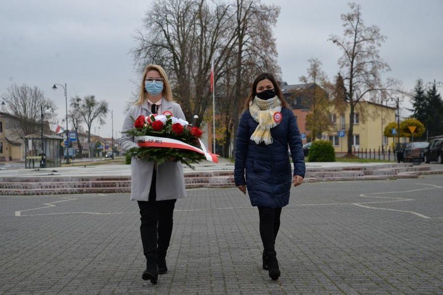 Delegacja NSZZ Solidarności SP 3 składa kwiaty przed pomnikiem Niepodległości w Dęblinie