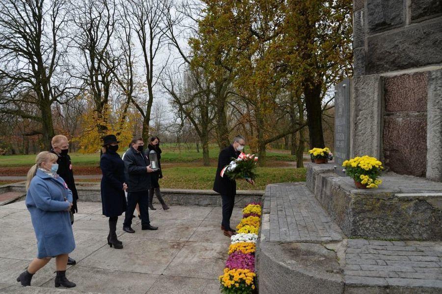 """Delegacja władz samorządowych miasta Dęblin składa kwiaty przy pomniku Bohaterów 15 P.P. """"Wilków"""" poległych 1918-1920"""