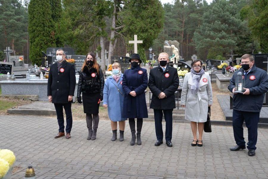 Delegacja władz samorządowych miasta Dęblin składa kwiaty przed grobem ks. Stanisława Hładuniaka w Dęblinie