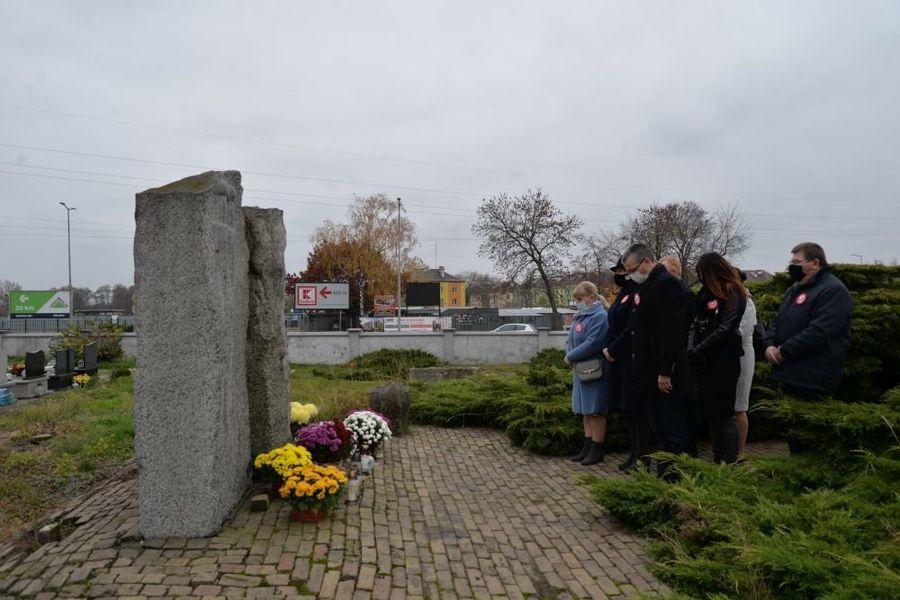 Delegacja władz samorządowych miasta Dęblin składa kwiaty przed pomnikiem ku czci Poległym i Pomordowanym w latach 1939-1945 Społeczeństwo Dęblina