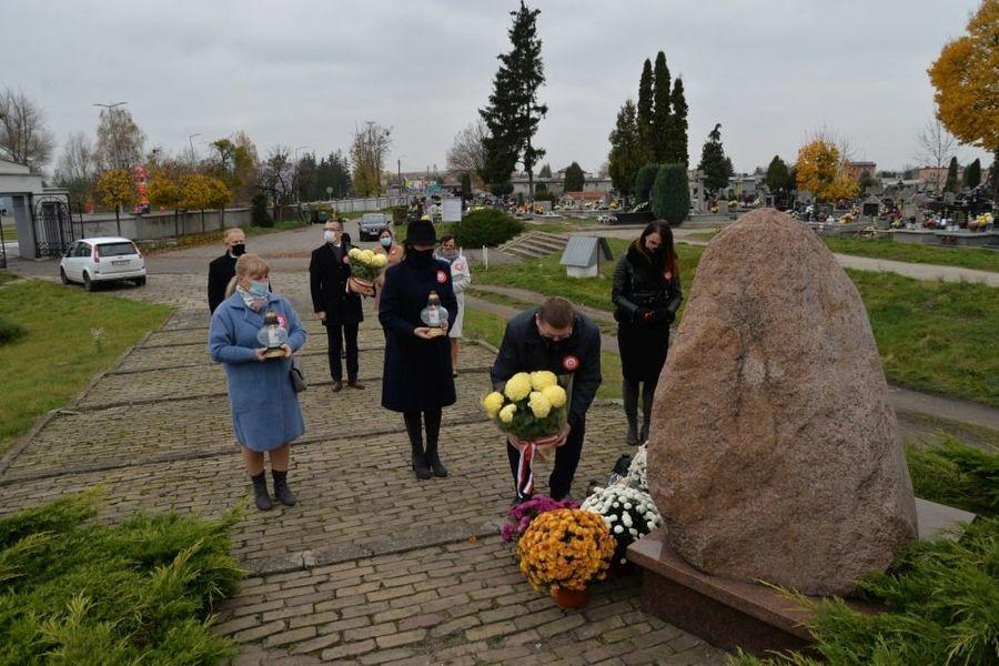 Delegacja władz samorządowych miasta Dęblin składa kwiaty przy obelisku ku czci Ofiar Sybiru