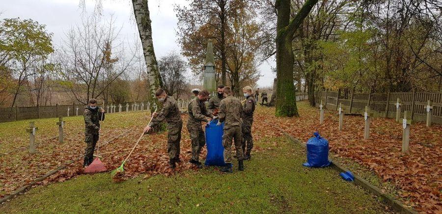Podchorążowie Lotniczej Akademii Wojskowej grabiący liście na Cmentarzu Wojenny przy ul. Balonnej.