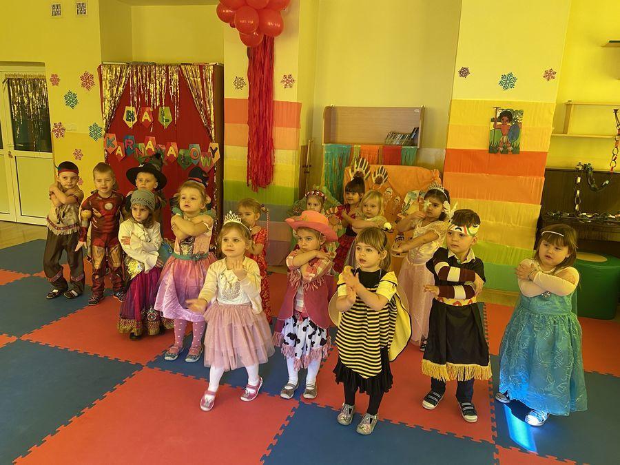 """Dzieci tańczą """"Makarena"""""""